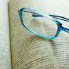 Une paire de lunettes sur un dictionnaire ouvert