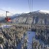 Une cabine de téléphérique au-dessus des montagnes à Whistler, en Colombie-Britannique.