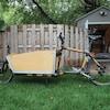 Un vélo allongé dont la partie antérieure au guidon est occupée par un réceptacle.