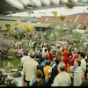 Foule admirant les jardins intérieurs au Vélodrome olympique en mai 1980.