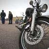 Des gens lors d'un cours de conduite de motocyclette.