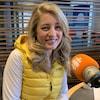 La minstre fédérale Mélanie Joly est assise devant un micro de Radio-Canada et elle sourit.