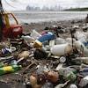 Une multitude de déchets plastiques rejetés sur une plage du Panama par l'océan Pacifique.