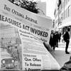 Un vendeur de journaux tient l'édition du jour du 16 octobre 1970 annonçant la Loi sur les mesures de guerre.