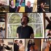 Plusieurs musiciens classiques jouent de leur instrument de chez eux, avec Patrice Michaud qui chante au centre.