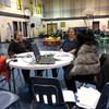 Deux invitées au micro d'une animatrice de radio à l'intérieur d'un gymnase scolaire.