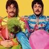 Les 4 membres du groupe The Beatle dans des costumes colorés.