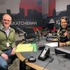 Deux personnes dans un studio de radio