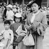 Une famille de Canadiens d'origine japonaise de la Colombie-Britannique en déplacement vers un camp d'internement en 1942.