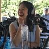 Kim Khuy, en train de rire, devant un micro de radio.