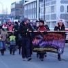 Des gens marchent dans les rues du Yukon pour sensibiliser la population et les autorités à la crise des opioides.