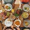 Image d'une table bien dressée lors d'un repas.