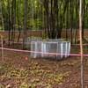 Des installations scientifiques dans un boisé.