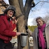 John Keating et Brigid Higgins près de l'érable qui produit leur sirop