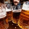 De jeunes hommes boivent de la bière.