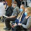 La vaccination contre la COVID-19 est en cours sur la Côte-Nord. Des personnes aînées en attente avec un masque.