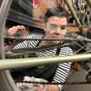 Une femme procède à l'entretien printanier d'une bicyclette