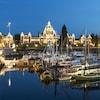 Vue de nuit sur le port et le parlement illuminés à Victoria.
