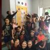 Des élèves posent avec des ballons de basketball et leur projet sur les Raptors de Toronto.
