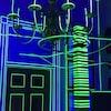 """L'installation artistique """"L'expérience Tron"""" : une porte, un lustre et une colonne illuminée."""