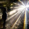 Une personne regarde une projection lumineuse
