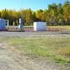 Une installation gazière au milieu de la campagne.