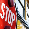 Panneau d'arrêt d'un autobus scolaire.