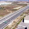 Vue aérienne d'une portion d'autoroute sans aucun véhicule circulant dessus.