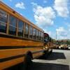 Des autobus scolaires sont stationnés.