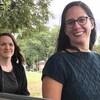 Lisa L'Heureux et Caroline Yergeau assises sur un banc dans un parc.