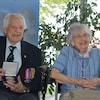 Maurice Vézina, tout sourire, accompagné de sa femme Laurette Gauthier.