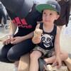 Une mère et son enfant mangent une crème glacée.