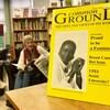 Une image de la couverture du magazine avec une photo d'une femme noire. Deux femmes sont assises au fond de la salle. Plusieurs livres se retrouvent sur des étagères encore plus au fond.