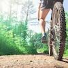 Un cycliste se trouve sur son vélo de montagne.