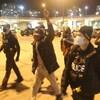 Des policiers entourent Desmond Cole.