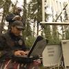Des chercheurs relèvent les données prisent par du matériel informatique installés dans la forêt.