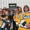 La famille de Logan Schatz pose devant le logo extérieur de l'aréna