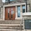 Une entrée du Hall Sydenham, à l'Université Western.