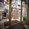 Une devanture de magasin sur laquelle une pancarte indique que l'établissement est à louer.
