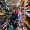 Le libraire Ralph Crawford, travail dans un environnement très étroit de sa librairie entourée de milliers de livres.