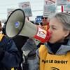 Manifestante avec un porte voix