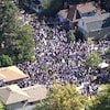 Prise aérienne d'une foule dans des rues.