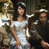 Un équipage spatial avec un capitaine, un homme-chien, une mariée et un robot doré.