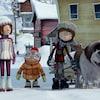Un dessin d'une petite fille, deux petits garçons et un chien dans une rue enneigée