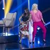 Les deux femmes dansent sur scène.
