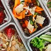 De la nourriture dans des contenants en aluminium