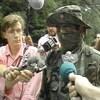 Des journalistes pointent leur micro vers un Warrior qu'ils veulent interviewer.