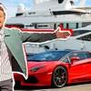 Le jeune homme devant une voiture et un bateau de luxe.