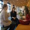 Trois femmes discutent dans les bureaux d'Ubisoft.