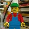 Un bonhomme fabriqué avec des blocs Lego.